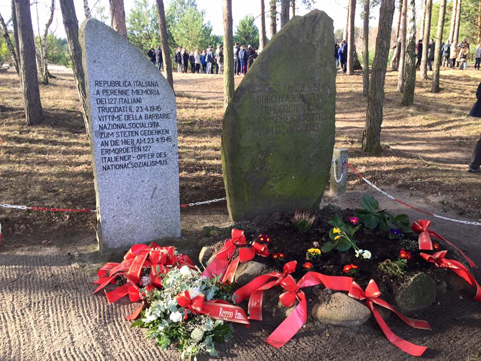 Il monumento a Treuenbrietzen, con i fiori appena posati dagli studenti reggiani